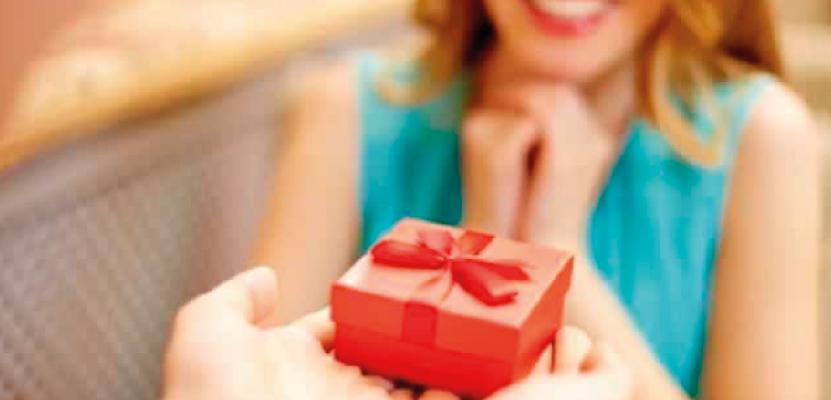 Pessoa recebendo um presente