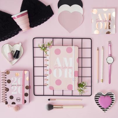Acessórios diversificados em cor-de-rosa