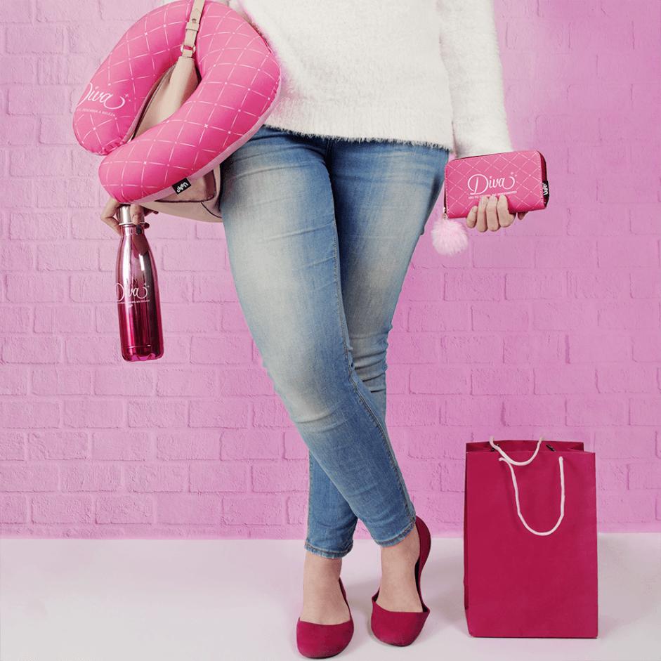 mulher com roupa de frio carrega itens como maleta, almofada de pescoço, squeeze e necessaire.