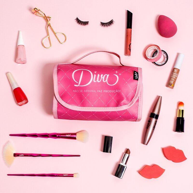 Imagem com fundo rosa, necessaire fechada no centro e maquiagens ao redor dela.