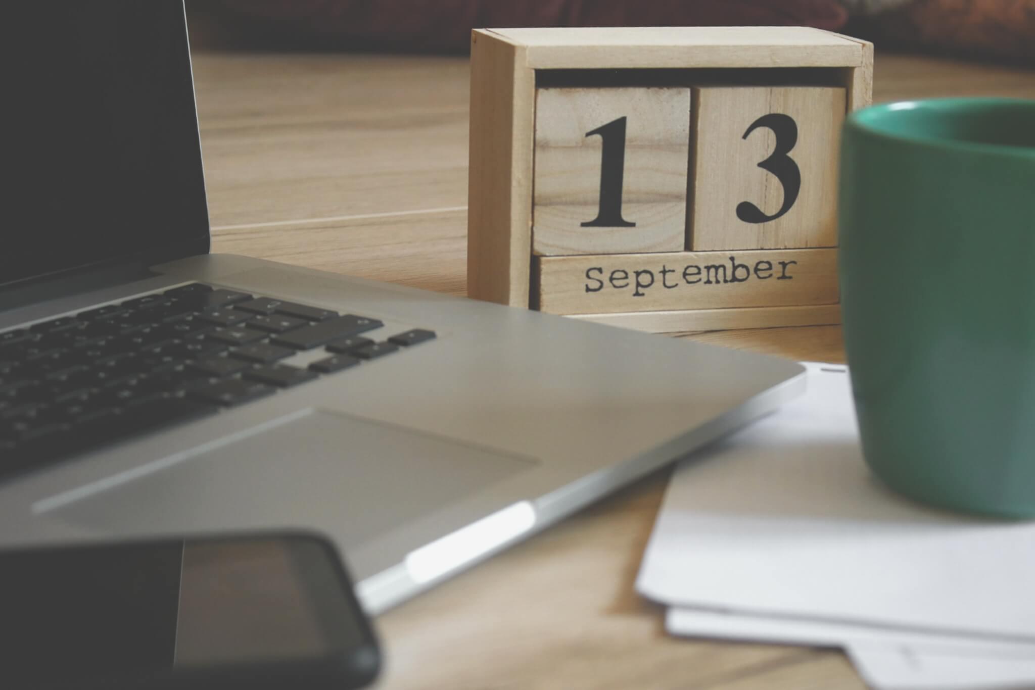 notebook, calendário de mesa e copo de café