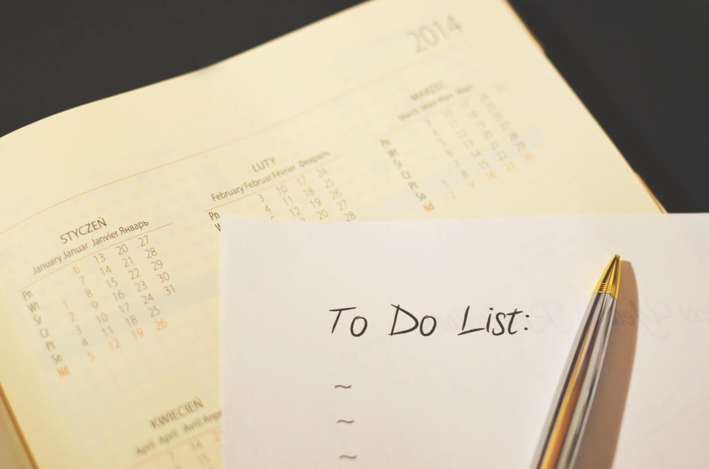 folha de papel escrito to do list sobre um calendário.