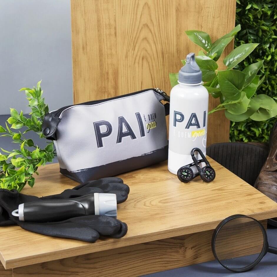 Imagem com mesa e uma necessaire, garrafa, luvas e lanterna em cima dela.