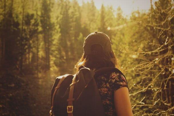 Mulher em uma trilha