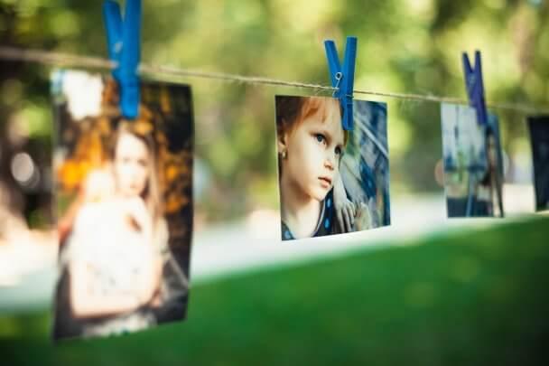 Fotos decorativas em um varal de barbante e prendedores