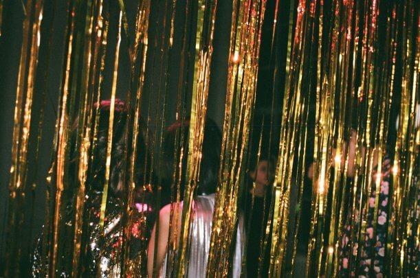 Fitas douradas penduradas em uma festa