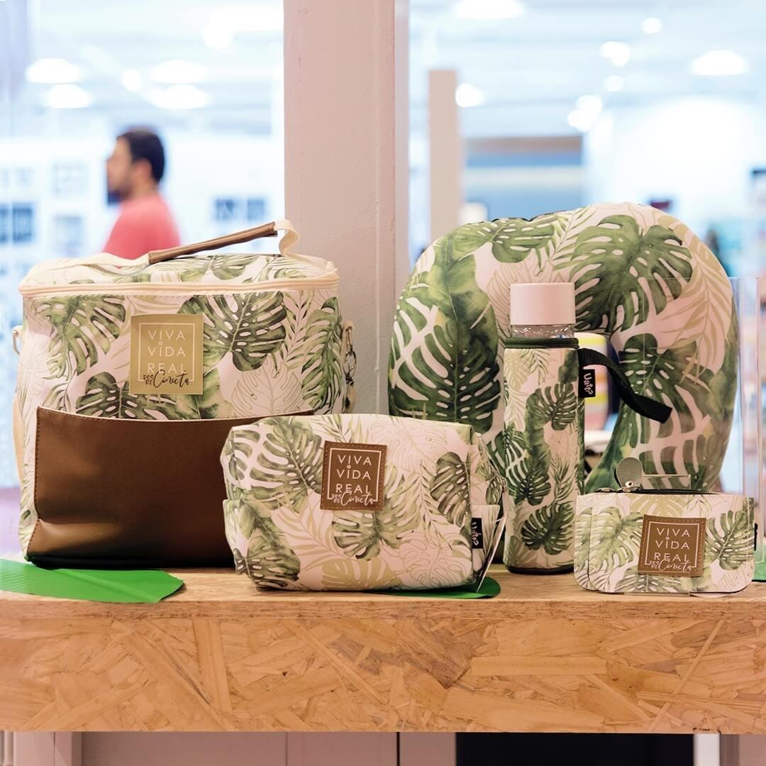 Bolsas, garrafa e almofada em cima de uma bancada