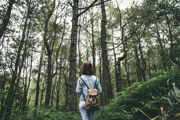 Moça em uma trilha